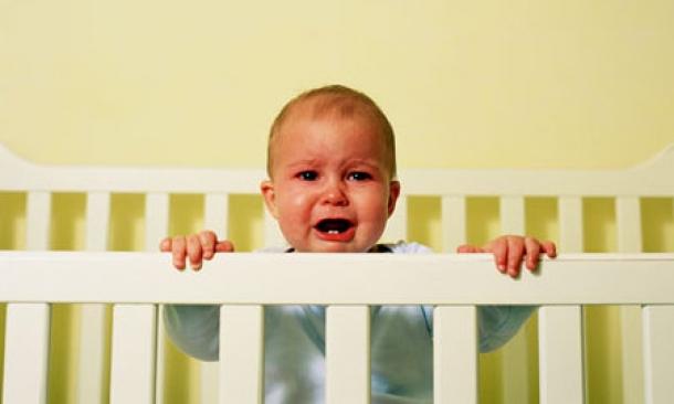 Το μωρό μου κλαίει αν δεν είμαι στο δωμάτιο μαζί του.Τι να κάνω;