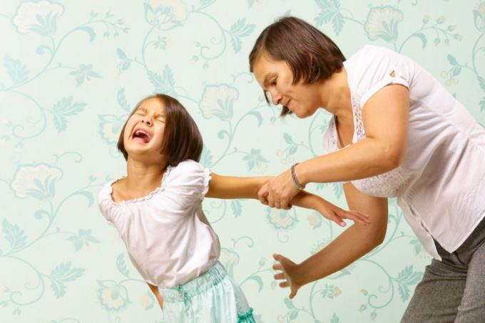 Όταν μας φτάνουν στα όρια τα παιδιά, κάνει να ρίχνω καμιά ξυλιά στον πισινό;