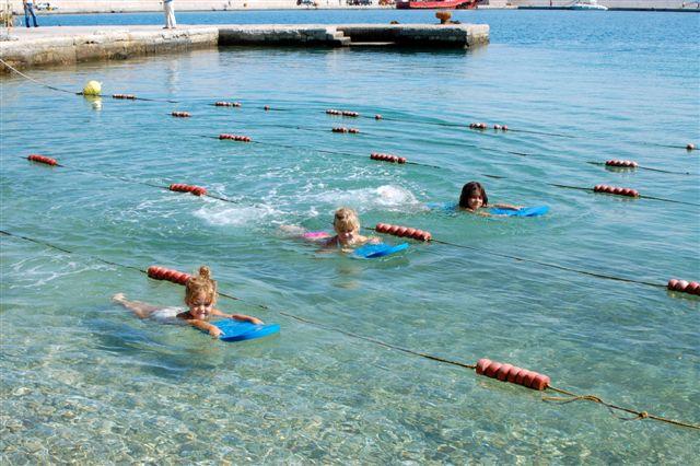 Τι ηλικία πρέπει να κάνει το μωρό μου μαθήματα κολύμβησης;