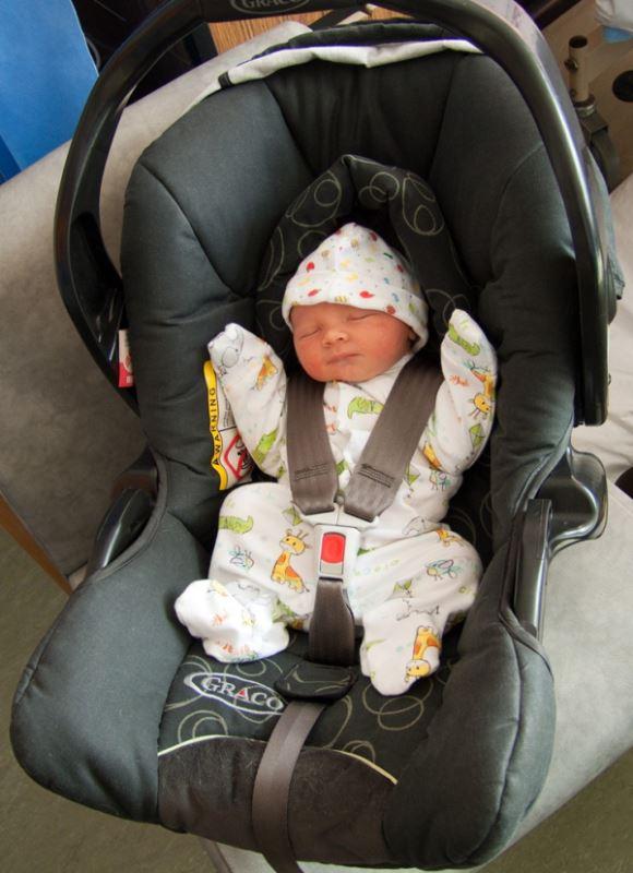 Μπορεί το μωρό μου να κοιμάται στο κάθισμα του αυτοκινήτου ή στο πορτμπεμπέ όταν είναι βρέφος;