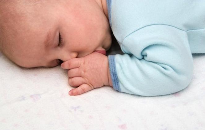 Τρόποι για να σταματήσουμε το μωρό μας να πιπιλάει το δάχτυλο του.