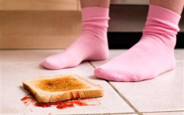 Κάνει το παιδί μου να τρώει φαγητό που έχει πέσει στο πάτωμα;